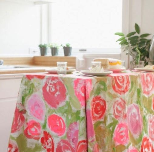 Khăn trải bàn có hình hoa làm bừng sáng bàn ăn và căn bếp.