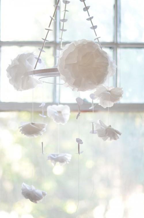Những bông giấy hoặc lụa trở thành những hình treo lãng mạn bên cửa sổ.
