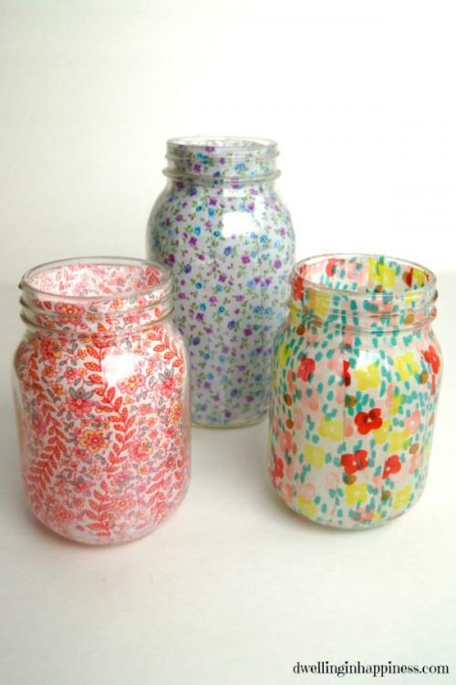 Các chai, lọ đựng đồ sinh động hơn với họa tiết hoa trang trí.
