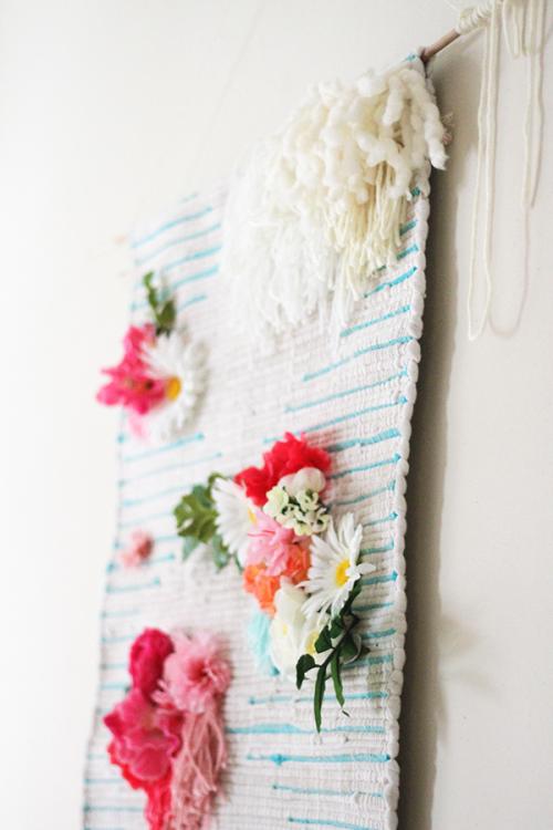 Những bông hoa trở thành vật trang trí đính kèm trên những đồ vật treo tường.