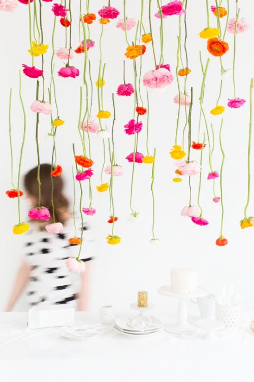 Sử dụng những bông hoa khô để treo trong nhà, tạo thành rèm hoa tuyệt đẹp.