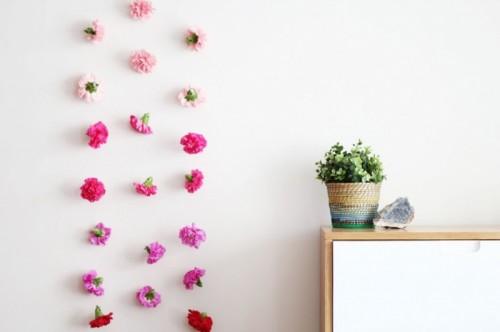 Hoa khô cũng được sử dụng để làm điểm nhấn cho tường nhà.