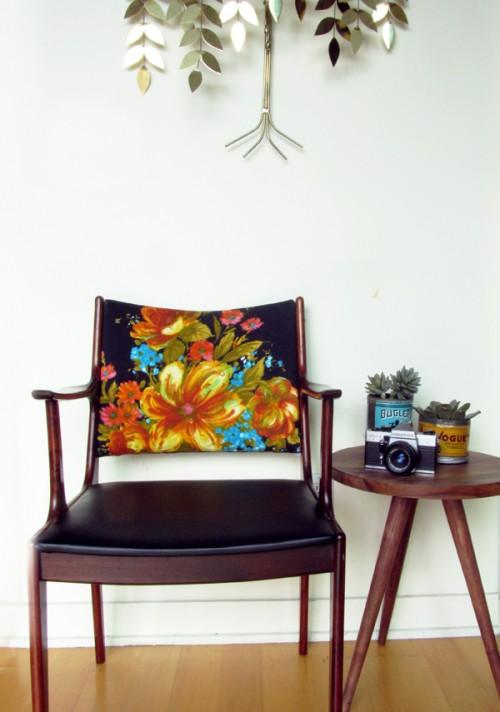 Ghế ngồi có hình hoa rực rỡ.