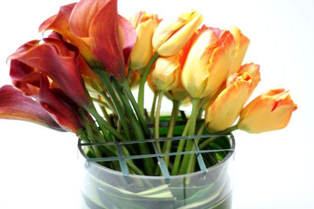 Nguyên tắc là cành cao cắm ở giữa và càng ở phía ngoài càng ngắn để tạo độ vòm cho bình hoa.