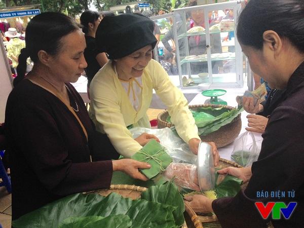Hội chợ giới thiệu về cốm làng Vòng, đặc sản được nhiều người biết đến.