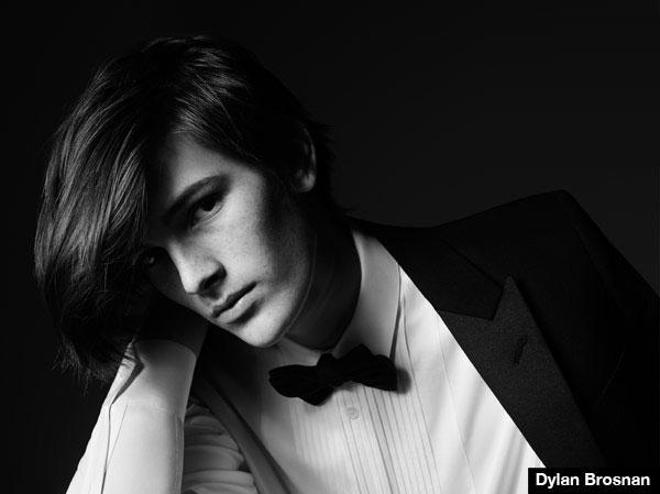 Con trai ngôi sao James Bond Pierce Brosnan cũng vừa bắt đầu sự nghiệp người mẫu ở tuổi 17. Cậu sinh viên Dylan Brosnan được mời chụp ảnh quảng cáo cho Saint Laurent vào hè năm ngoái.