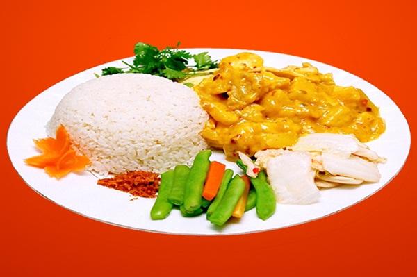 Suất cơm cari gà 70.000 đồng với phần thịt đầy đặn đủ cho các anh em no căng bụng tại Cơm ABC. (Ảnh: Zing)