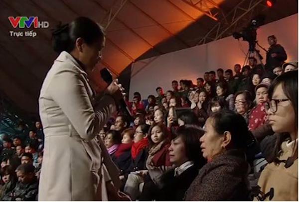 Bà Trương Thị Ngọc Ánh - Phó Chủ tịch Ủy ban Mặt trận Tổ quốc Việt Nam chia sẻ nỗi buồn với gia đình của thượng úy Hoàng Lại Long.
