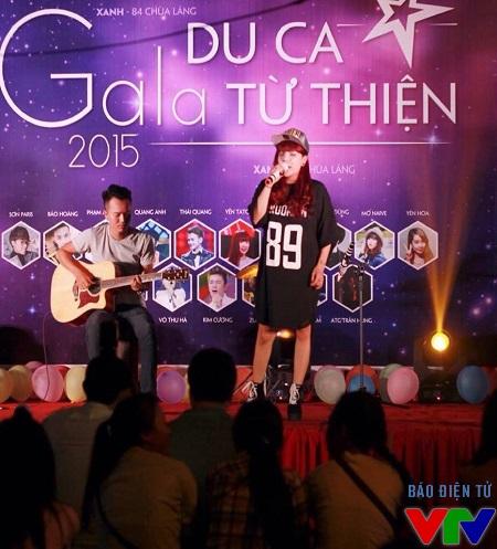 Ca sĩ Minh Chuyên thể hiện ca khúc Con yêu mẹ rất sâu lắng.