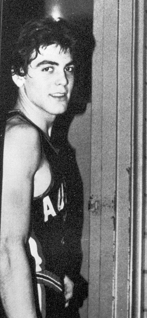 George Clooney thời trẻ vẫn lộ rõ vẻ điển trai đào hoa, phong trần