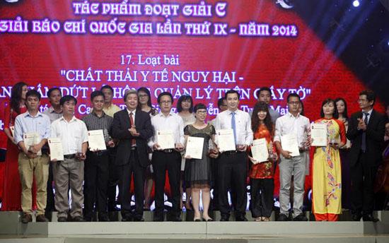 Tổng Giám đốc Trần Bình Minh và Phó chủ tịch thường trực HNBVN Hà Minh Huệ trao giải C cho các tác giả