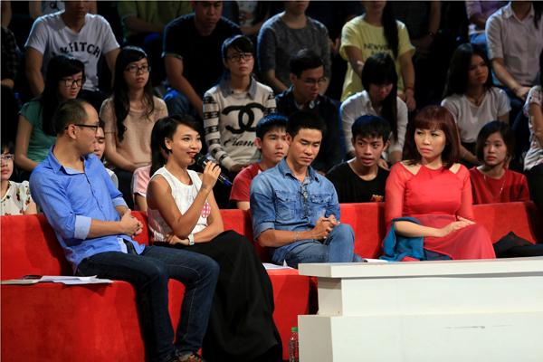Nhà báo Phan Đăng, MC - BTV Thùy Minh, nhà thơ Phong Việt và NSƯT đàn tranh Trà My trong Hội đồng bình luận trẻ tuổi.