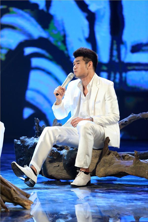 Tạ Quang Thắng lãng tử trong trang phục trắng.