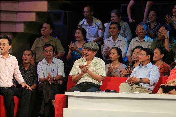 Nhạc sĩ Trần Tiến và nhà báo Huỳnh Dũng Nhân trên ghế đỏ của Hội đồng bình luận lão thành.