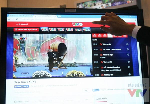 Khách tham quan cập nhật tin tức ở báo điện tử VTV News ngay tại gian hàng.