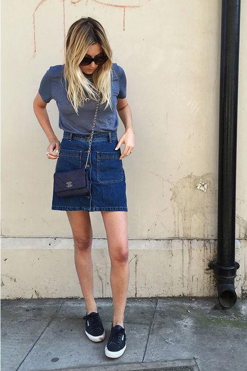 Áo phông, váy jeans kết hợp cùng giầy thể thao giúp các bạn nữ trở nên cá tính trong ngày Hè.