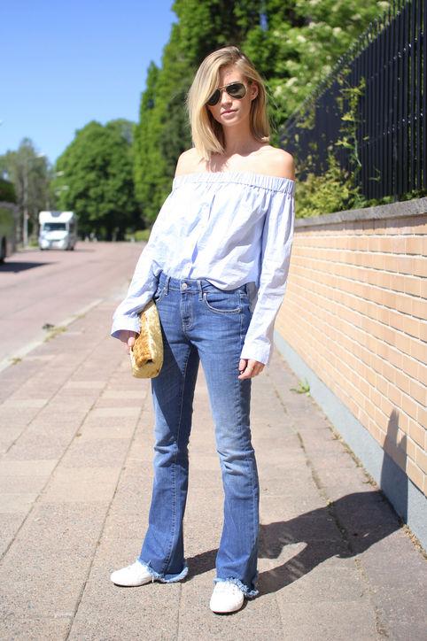 Năng động nhưng gợi cảm với áo khoe vai trần, quần jeans ống loe và giày thể thao.