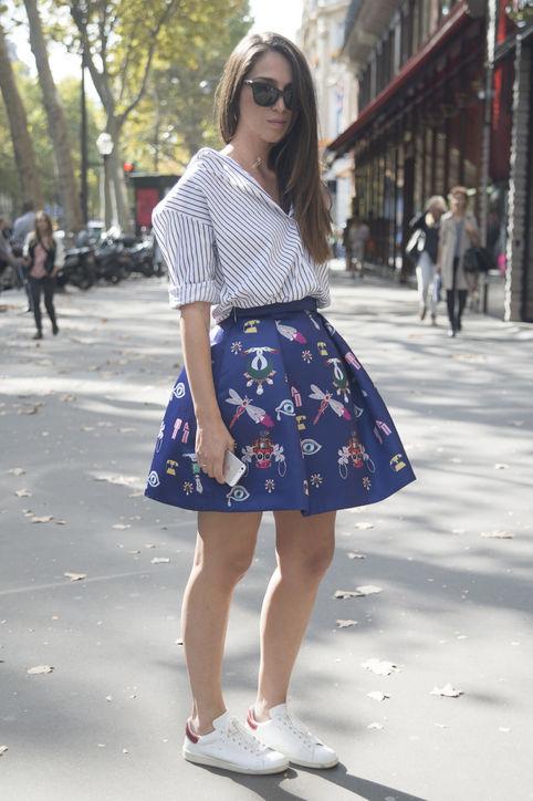 Áo sơmi, chân váy xòe hoàn toàn kết hợp được với giày thể thao.