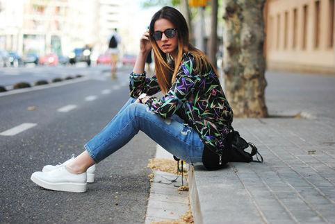 Áo sơmi họa tiết cùng quần jeans càng giúp bạn cá tính hơn khi có thêm đôi giày như thế này.