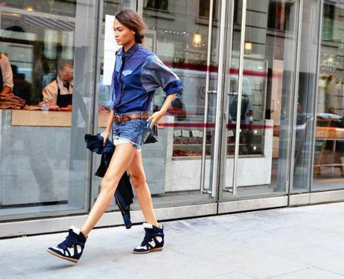 Áo denim, quần sooc và giày giúp bạn mang phong cách trẻ trung, bụi bặm.