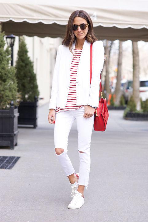 Quần jeans rách phối với kiểu giày này cũng là lựa chọn của nhiều người.