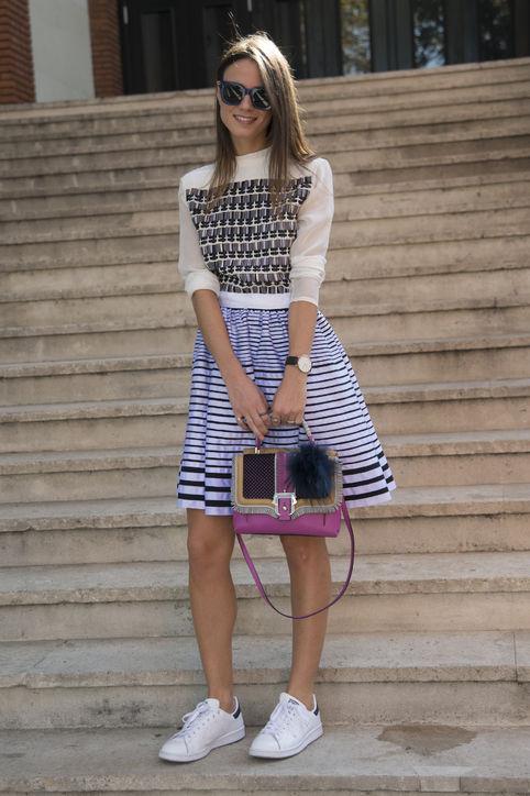 Áo và váy mang họa tiết có thể mix cùng một đôi giầy thể thao đơn giản mà trẻ trung.