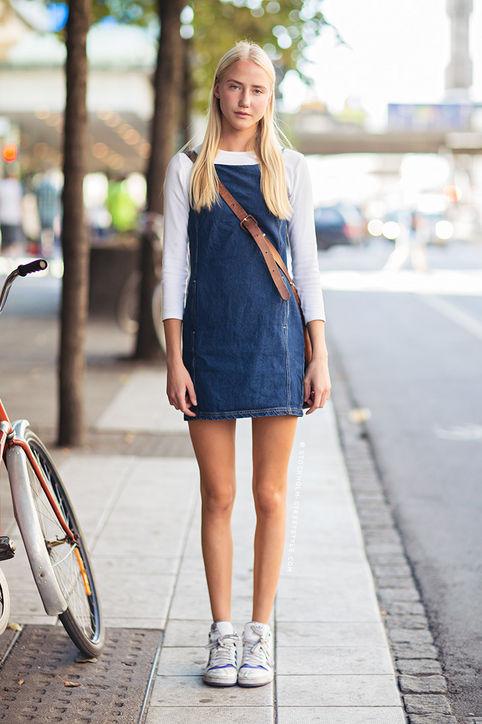 Váy yếm bò cũng là kiểu trang phục không thể bỏ qua khi kết hợp với giày thể thao.
