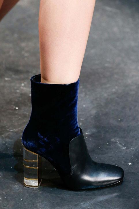 Boots cao cổ với chất liệu da và nhung của Roberto Cavalli.