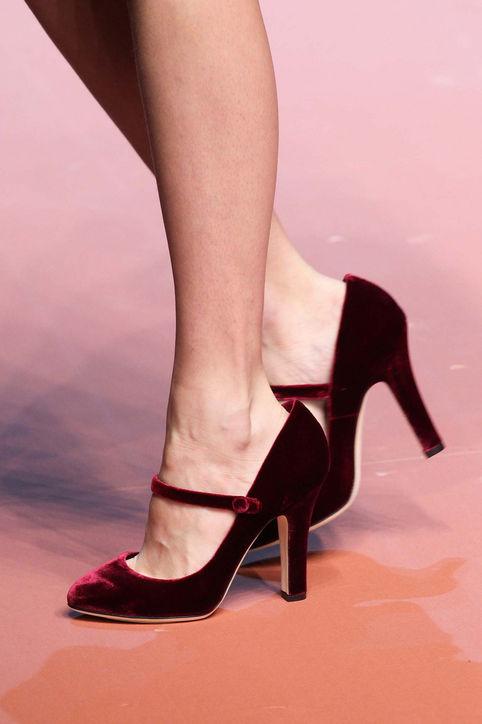 Giầy cao gót nhung đơn giản nhưng tinh tế của Dolce & Gabbana.