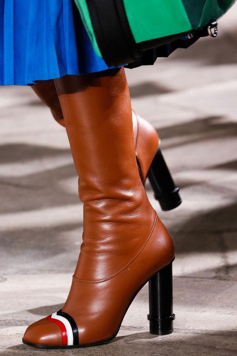 Boots da nâu với điểm nhấn đỏ - đen - trắng của Loewe.