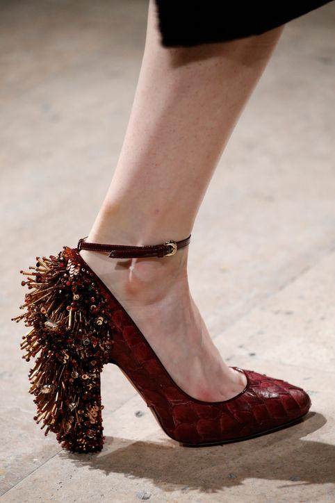 Thiết kế giầy có gót nổi bật của Rocha.