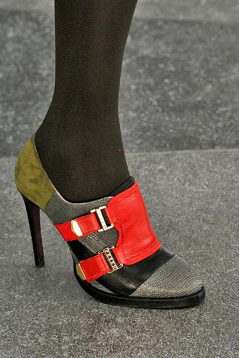 Giầy cao gót mang phong cách color-block của Preen.