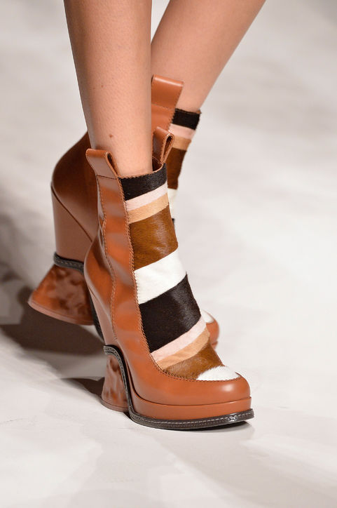 Boots cao cổ mang tông màu nâu của Fendi.