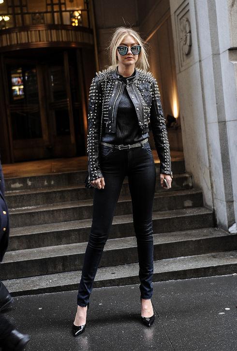 Gigi có khi còn trở nên cực ngầu với jeans đen và áo đinh tán.