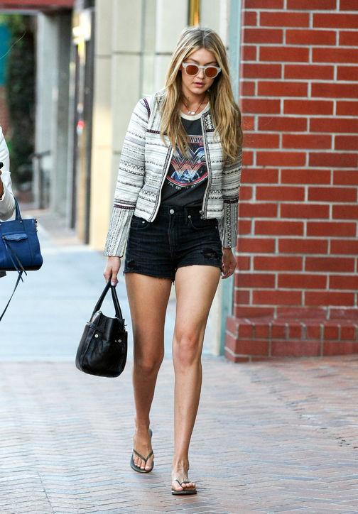 Người đẹp 19 tuổi diện cả quần sooc jeans năng động của thương hiệu Lovers + Friends Jack.