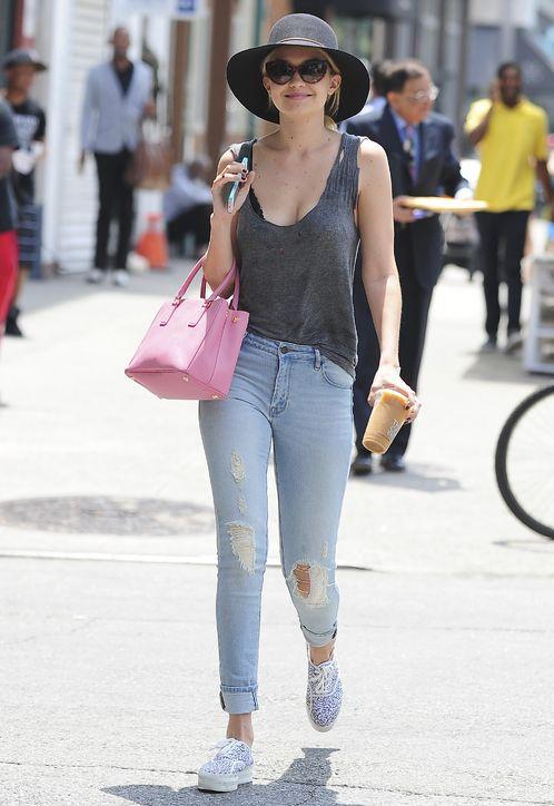 Đặc biệt, người đẹp 19 tuổi rất ưa chuộng những mẫu jeans rách.