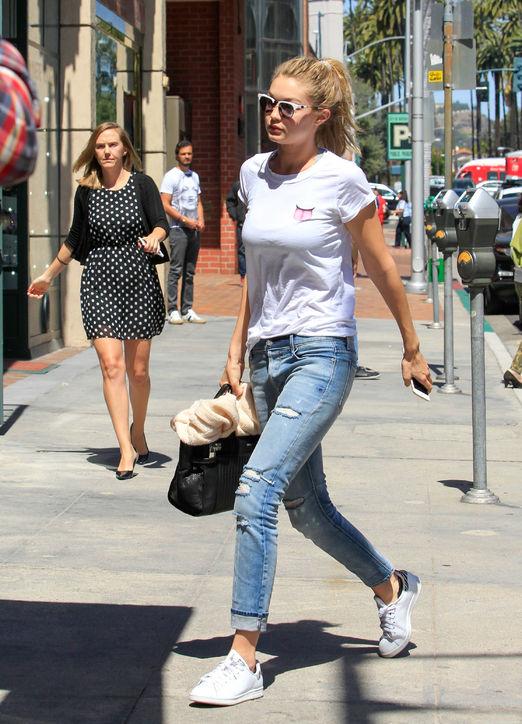 Jeans được Gigi phối với áo phông và giầy thể thao năng động.