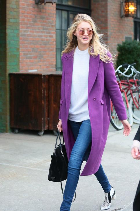 Có lúc, cô lại mặc jeans với phong cách thanh lịch hơn.