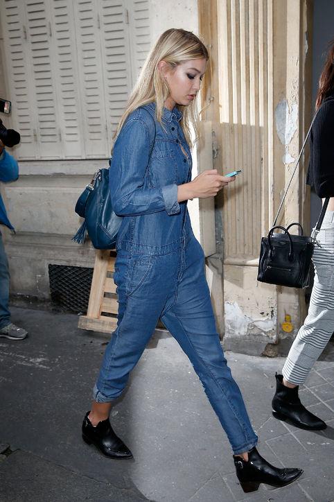 Gigi diện cả cây jeans với boots đen cá tính.