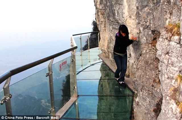 Cầu kính ven núi ở Công viên quốc gia Trương Gia Giới, Hồ Nam, Trung Quốc