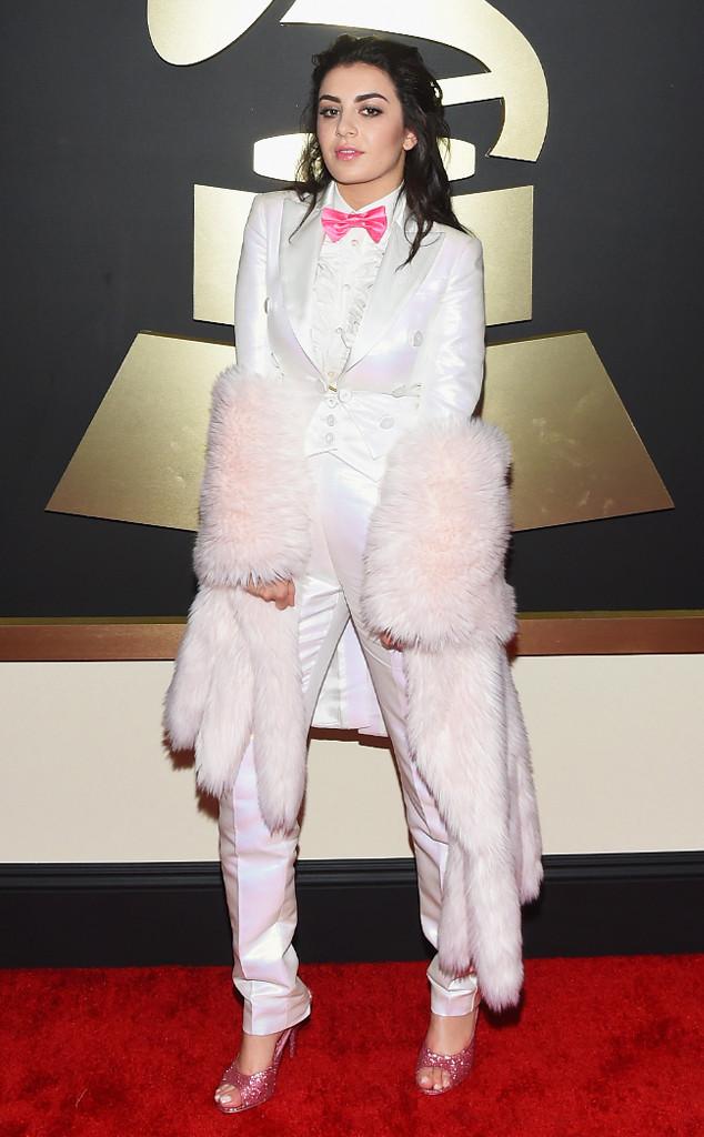 Nữ ca sĩ Charli XCX thể hiện gu thẩm mỹ rất tệ trong trang phục menswear của Moschino với bộ lông rườm rà quấn quanh người.