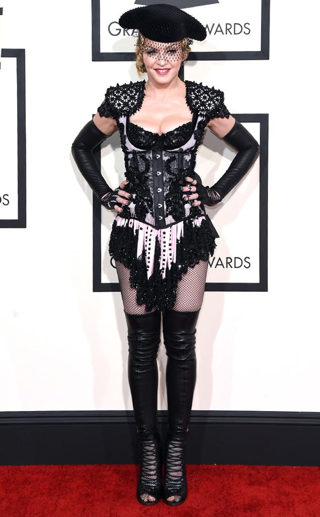 Nữ hoàng nhạc Pop cố gắng trở nên quyến rũ hơn trong trang phục kiểu Gothic của Givenchy, nhưng lại gây phản cảm.