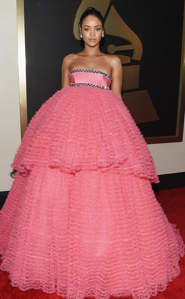 Rihanna trông như bộ rèm di động khi diện chiếc váy hồng lùng bùng này.