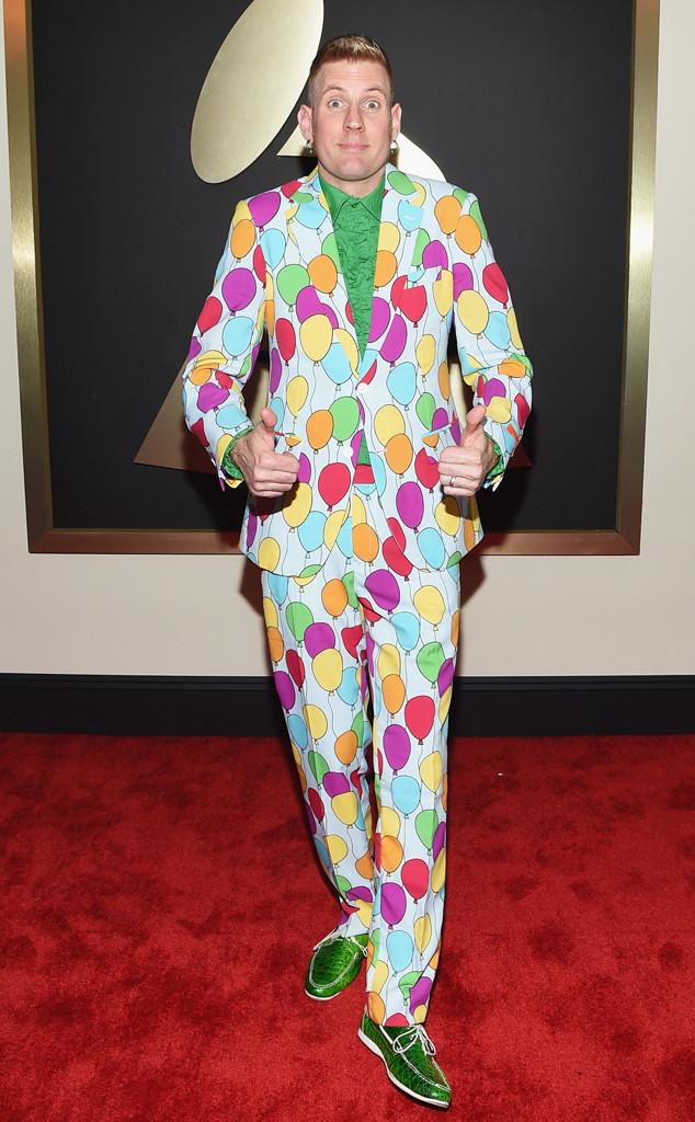 Nghệ sĩ guitar Bill Kelliher thì trông như một gã hề với trang phục màu mè.