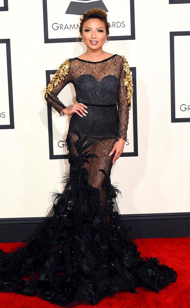 Bộ váy gợi cảm với những đường hoa văn và vải trang trí xòe bên dưới khiến Jeannie Mai trông như phù thủy.
