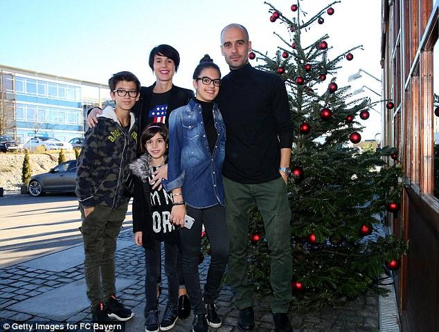 HLV Guardiola và bà xã Cristian cùng 3 con ăn vận giản dị tới dự tiệc.