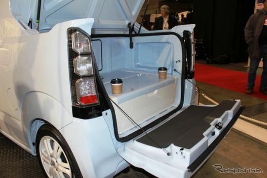 Chiếc xe được thiết kế cắt mở khoang sau như thùng xe bán tải.