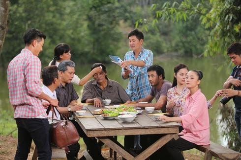 Đạo diễn Lê Minh chỉ đạo trong một cảnh quay của Hận thù hóa giải.