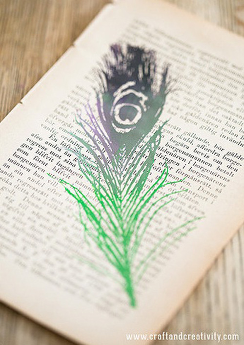 Bạn có thể sử dụng giấy từ sách, báo cũ để thể hiện khả năng hội họa của mình và tạo nên một bức tranh lạ mắt.