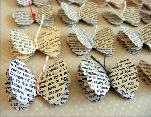 Những chú bướm nhỏ xinh treo trong phòng làm từ giấy sách.